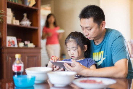 father-and-daughter-playing-on-tablet_2-450x300
